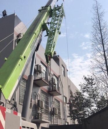 成都吊车出租25吨吊车外墙吊人作业-【成都吊车出租】