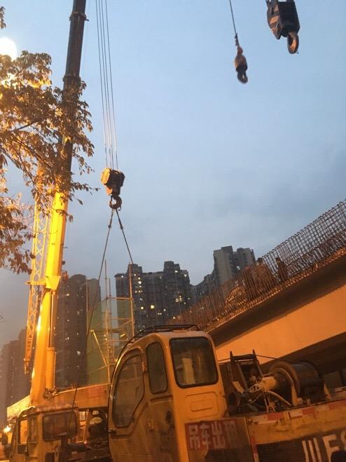 成都吊车出租吊12吨吊车上桥-【成都吊车出租】