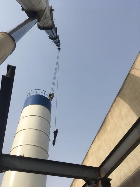 成都吊车50吨安装水泥罐-【成都吊车出租】