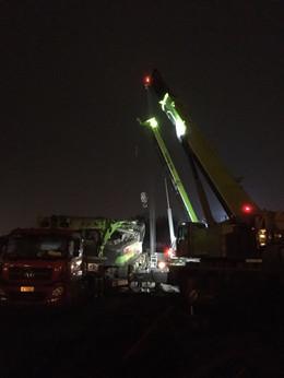 成都280C旋挖施救2台百吨级吊车参与-【成都吊车出租】
