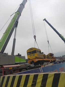 成都200吨位吊车抬地铁设备-【成都吊车出租】